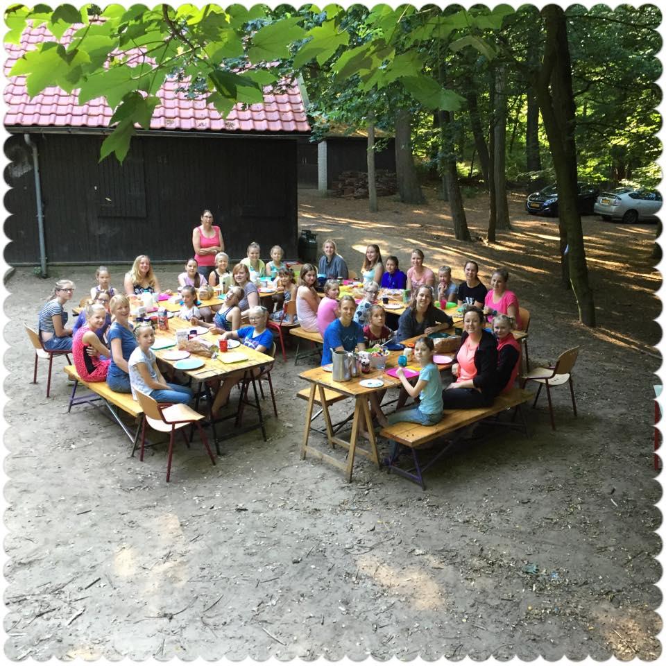 Ontbijten op zomerkamp