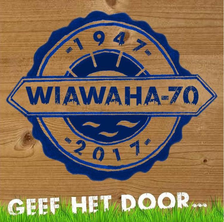 vierkant houten bord met blauwstempel en motto